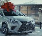 Auto s červenou mašľou. Ako stvoril Lexus vianočnú tradíciu