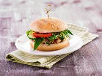 Vegetariánsky burger s paradajkovou salsou a bielymi fazuľami