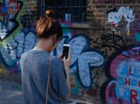 """Láska v dobe smartfónov: Každý piaty človek """"sextuje"""""""