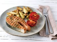 Steak z lososa so zemiakmi a grilovanými paradajkami