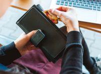 V zahraničí plaťte kreditnou kartou. Ochránite tak vlastné peniaze