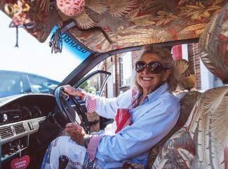 Odvážna osemdesiatročná Julia sa vybrala z  Kapského mesta do Londýna na starej Corolle