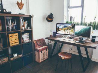 Máte doma veľa kníh, ale málo priestoru? Riešením sú multifunkčné knihovničky!