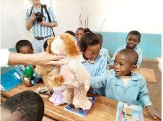 """""""Niektorým deťom trvá cesta do školy aj dve hodiny, napriek tomu sa tam veľmi tešia ."""""""