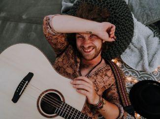 Peter Juhás kvôli videoklipu k skladbe Mávam vyskočil z lietadla!