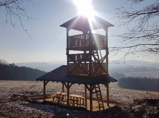 Na rozhľadni Kamenná Hora Bardejov pribudli náučné tabule a ohnisko