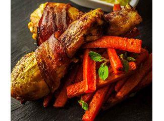 Kuracie stehná s mrkvovými hranolkami a arašidovým dresingom