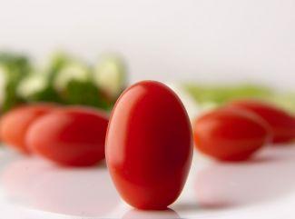 Šalát z rôznych druhov paradajok, kozieho syra s bazalkovým olejom