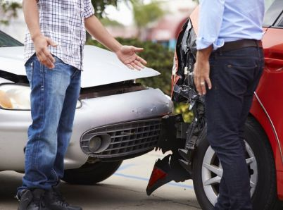 Vyrážate do zahraničia autom? Prečítajte si, ako postupovať v prípade autonehody
