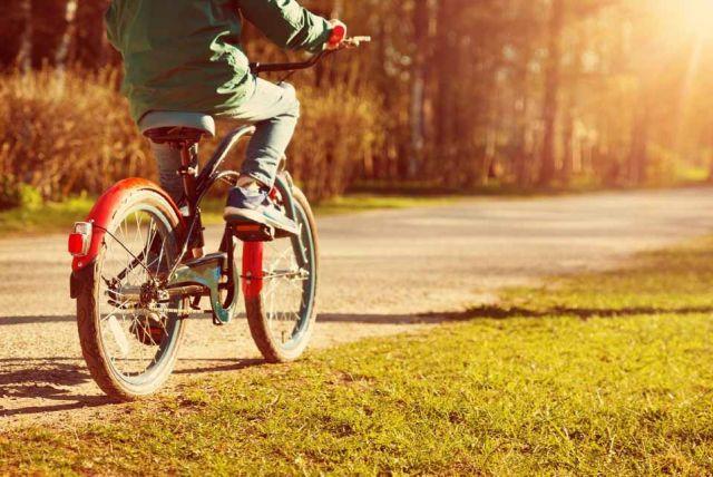 9d32e21966ebe Nebojte sa svojho školáka pustiť na bicykel. Naučte ho hravo pravidlá  cestnej premávky.