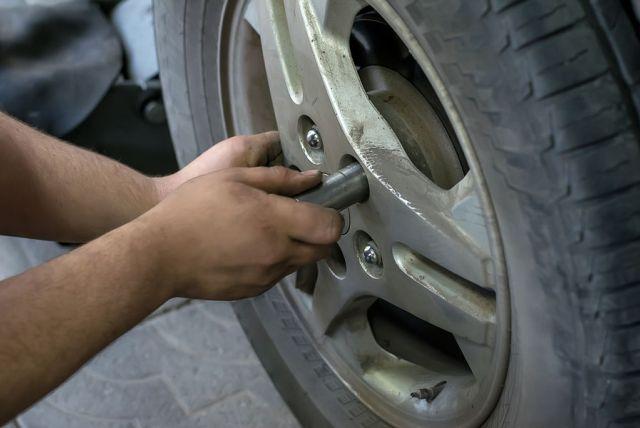 """5 najčastejších chýb pri """"domácich"""" opravách automobilov"""