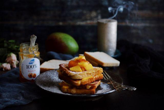 Francúzsky toast s broskyňovým džemom a mangom