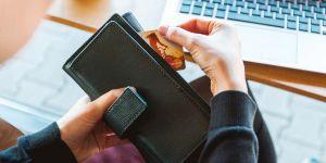 VIETE, KOĽKO VÁS STOJÍ ÚČET V BANKE?