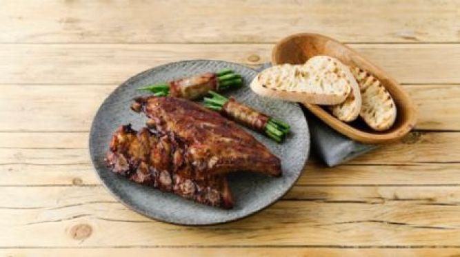 Rebierka so zelenými fazuľkami v slaninke a opečenou ciabattou