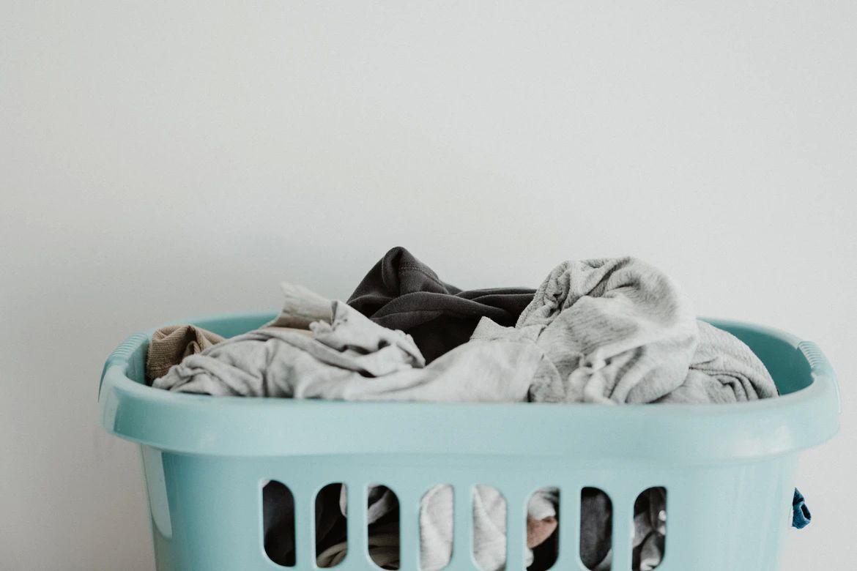 Jednoduchý návod ako prať správne rôzne druhy oblečenia, bielizne a topánok