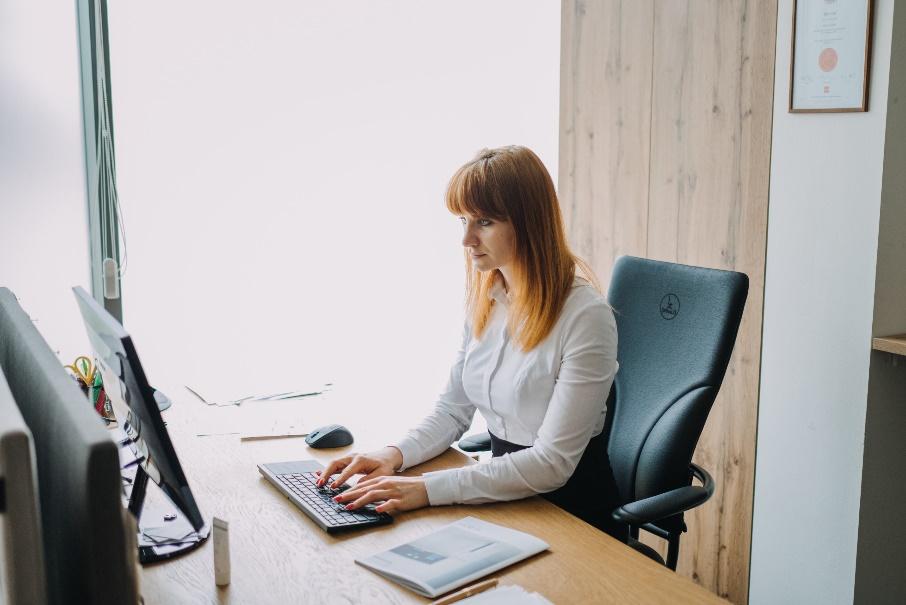 Pracujete počas karantény z domu? Nezabudnite na správne sedenie za počítačom